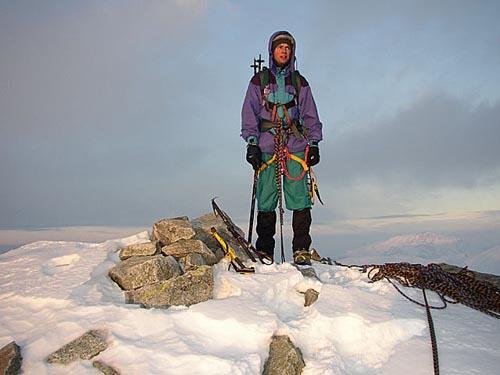 Nepevný sníh nebo naopak ledem pokrytá skála postup výrazně ztíží. Pak je nutná pořádná alpinistická výzbroj a jištění. Vrchol Ostrý