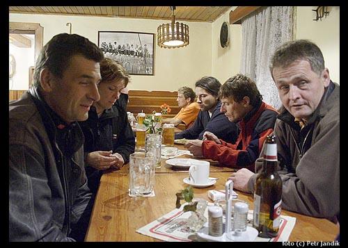 Vlevo manželé Rajfovi, vpravo Standa Šilhán, skialpinisté Baum a Holubec <br>a vzadu člen týmu Makalu.