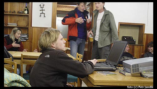 Ondra Beneš, v pozadí gestikulují Jitka Mázlová, Robin Baum a Pavel Pospíšil
