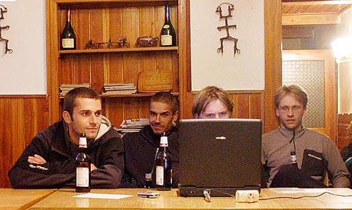 Tomáš Sobotka, za notebookem Ondra Beneš, vpravo přihlíží Vašek Šatava