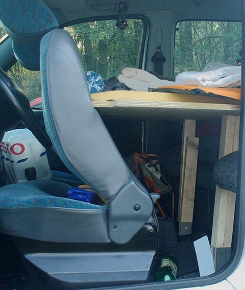 Podepření přední části postele hranoly v patkách pro ukotvení trámů bylo ve druhé verzi nahrazeno lanem zavěšeným na kotvení bezpečnostních pásů.
