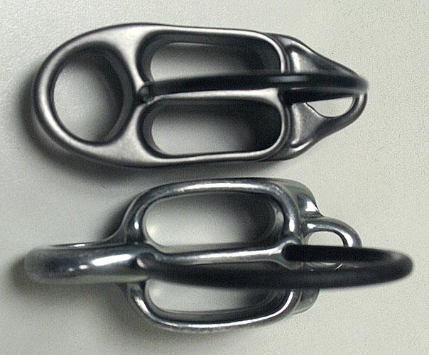 Reverzo 3 (nahoře) má užší otvory a zaoblené oko pro karabinu