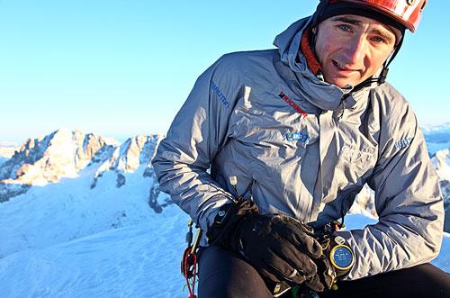 Ueli Steck na vrcholu Grandes Jorasses