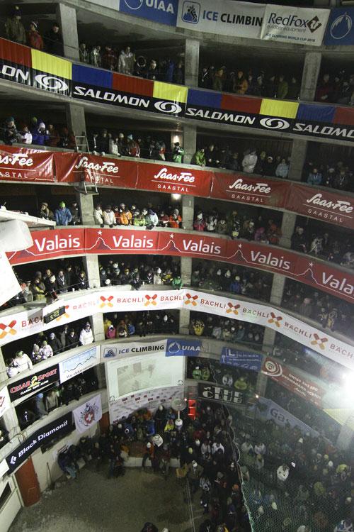 Saas Fee světový pohár 2010, finále, parkoviště nabité diváky