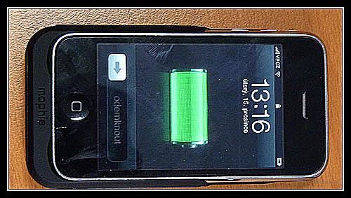 Juice Pack s vloženým telefonem. Dokud je v Juice Packu šťáva, je na displeji ikonka připojení na nabíječku. Foto Petr Jandík