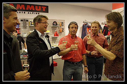 Přípitek při otevírání neúspěšné prodejny Mammut v Charvátově ulici