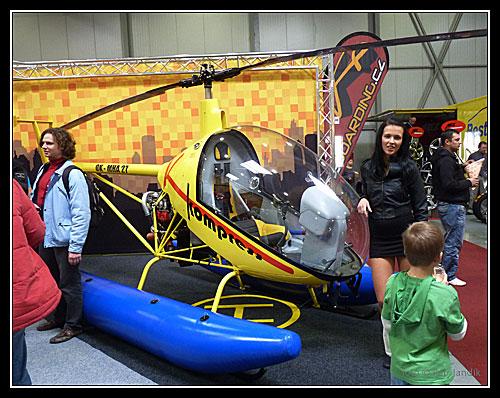 Je libo vrtulníček? Dvoumístný, ale rychlý. Ta slečna asi není v ceně :-)