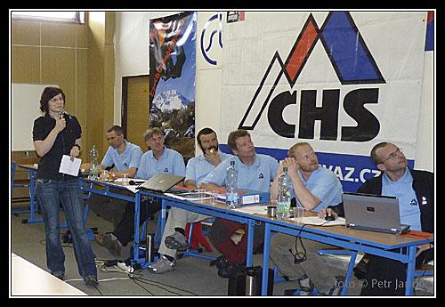 Výbor napjatě sleduje prezentaci Jany Kubalové