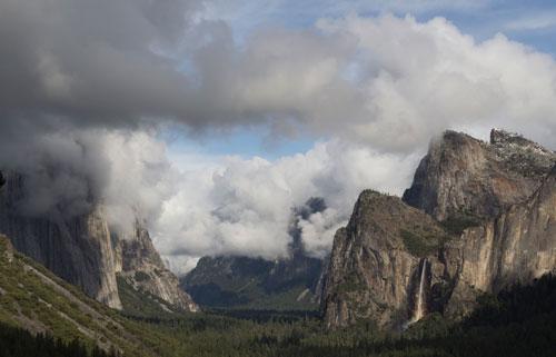 El Capitan a Cathedral Rocks v mrakovém obalu