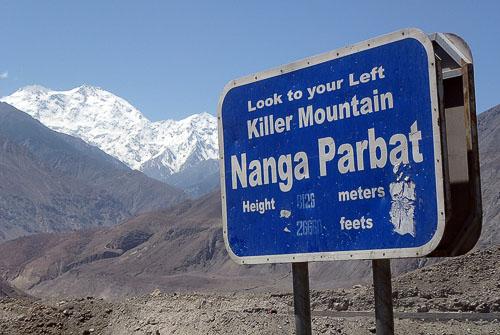 Informační cedule na Karakoram highway upozorňující na Nanga Parbat