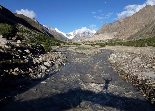 Údolí, řeka a hory