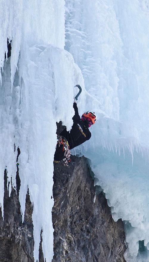 Lucie Hrozová přelézá ledový převis ve třetí délce. Od této chvíle lze jistit už jen ledovcovými šrouby