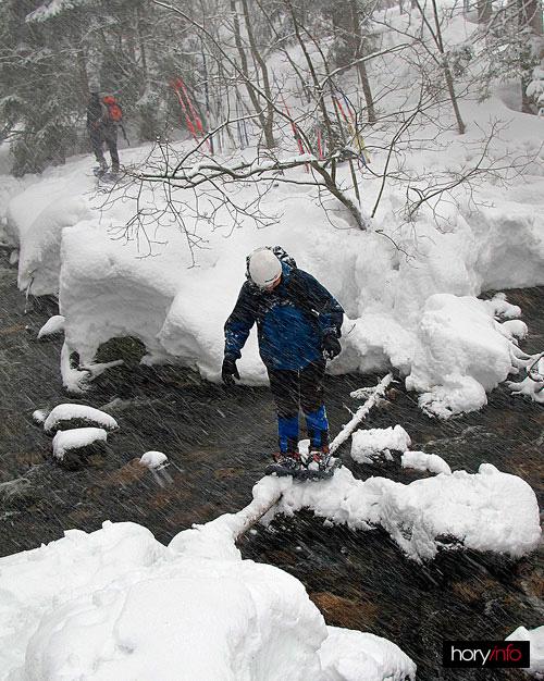 Traverz potoka je další z nástrah příchodu k ledopádu