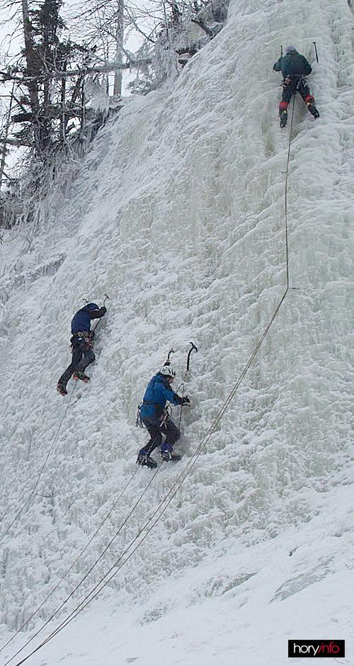 Labský ledopád v oblezení. Vlevo Sysel, uprostřed Jandík