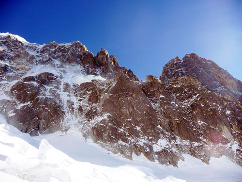 Severní stěna Sans Nom. Vpravo vrcholy Drus