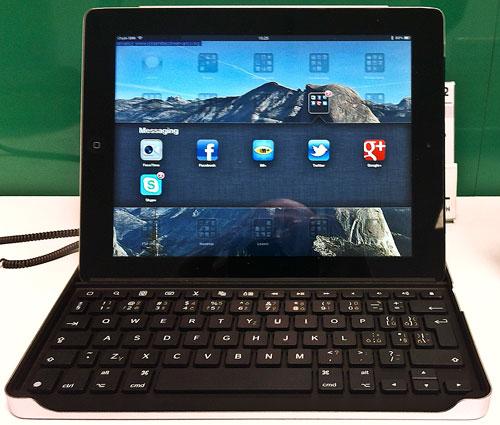 iPad vložený do drážky v klávesnici zepředu
