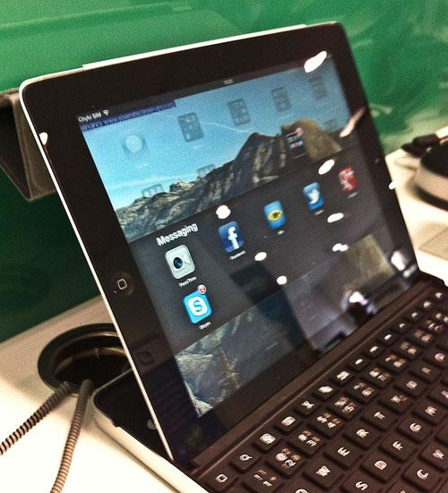 iPad vložený do drážky v klávesnici zboku