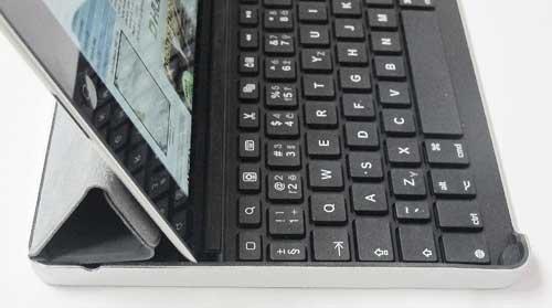 Držení iPadu lze vylepšit srolovaným Smart Coverem