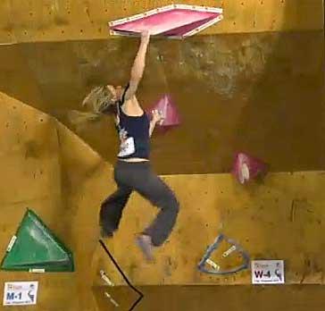 Shauna Coxsey drtí lištu ve čtvrtém boulderu