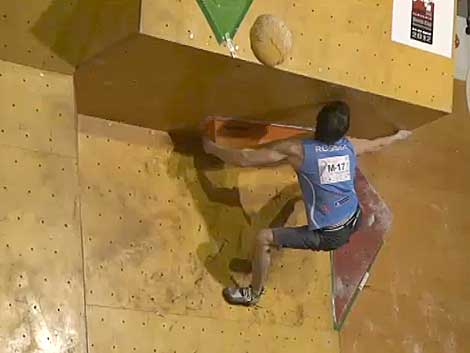 Rustam Gelmanov flashjuje čtvrtý boulder