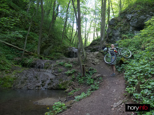 Bubovický vodopád na kole neprojedete, ani kolo nepřevezete