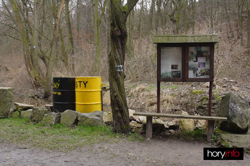 Nástěnka a sudy na odpadky