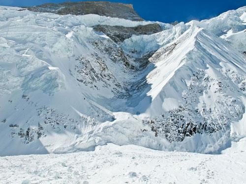 Nejnebezpečnější místo výstupu, kuloár ohrožovaný lavinami a padajícími séraky