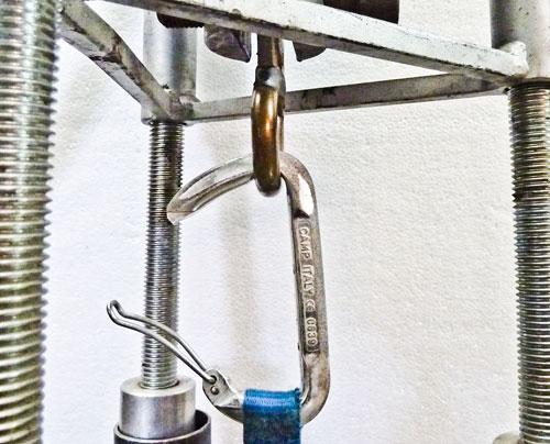 Zkušební karabina v trhačce, podélně s otevřeným zámkem