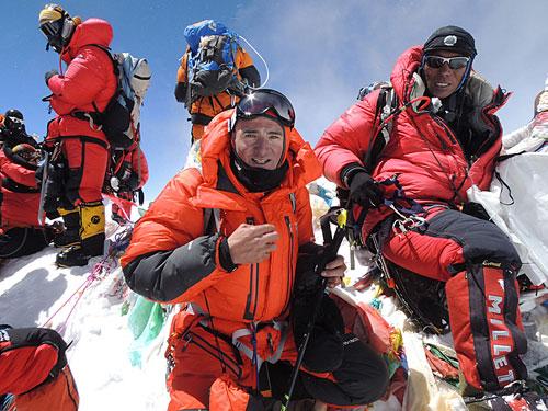 Ueli Steck se Šerpy na vrcholu Everestu