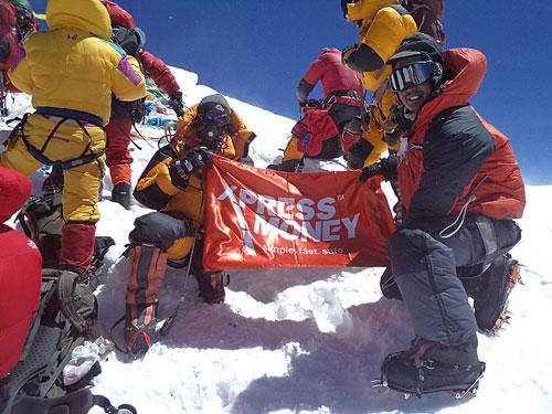 Sirdar Naga Dorje Sherpa a výškový Šerpa Nima Kanchha s bannerem Xpress Money na vrcholu Mt.Everestu 19. 5. 2012.