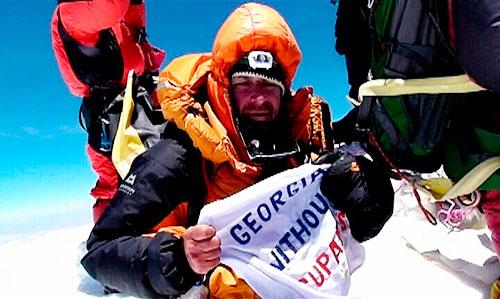 Gia Tortladze z Gruzie na vrcholu Everestu
