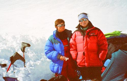 Zuzana Hofmannová s Alenou Čepelkovou pod Gasherbrumem I
