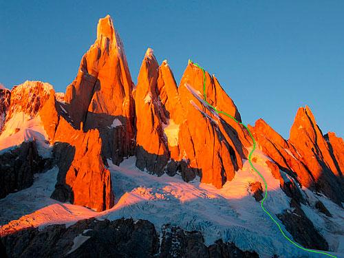 Cerro Stanhardt (2730 m.) s Torre Egger a Cerro Torre zprava doleva). Vyznačena je cesta Exocet.