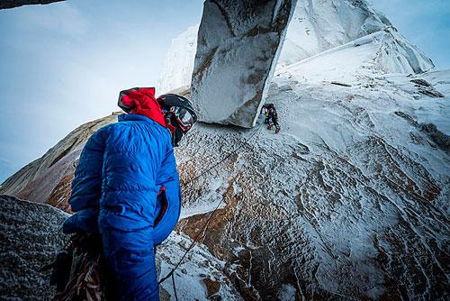Ralf Weber jištěn Stefanem Siegristem leze první délku. Stěna je potažená ledovou glazurou a to dělá jinak nepříliš těžké lezení v zimě podstatně těžším