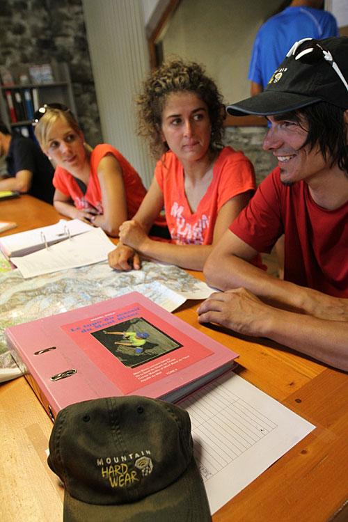 Zleva Denise, Aude a Bojan na poradě. Dům horských vůdců v Chamonix