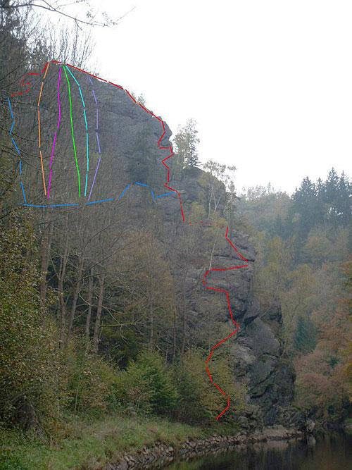 Cesty zprava 5+(4bh),3(5bh ),6(2exp!),5-(7bh),5- 8bh. Vpravo červeně ferrata 110m ocel. lana pr. 12mm cca 60 kotev