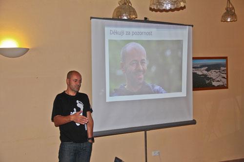 Radek Jaroš, oblečený do stylového trička, aktivně přispěl s praktickými zkušenostmi do přednášky Kristiny Höschlové