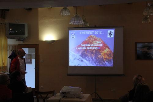 Anton Dobeš seznámil přítomné s akutální situací na Everestu a okolnostmi úmrtí M. Sedláčka na sousedním Lhotse 19. 5. 2012