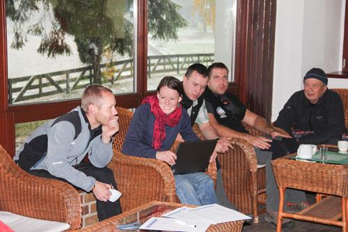 Při přípravě na praktické workshopy probíhaly v kuloárech různé veselé diskuze