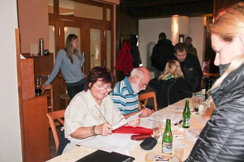 Práce volební komise je v plném proudu – sčítají se hlasy