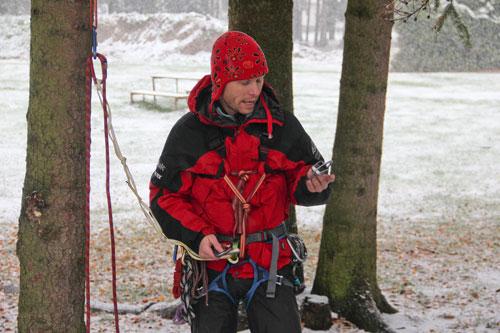 Matin Honzík objasňuje výhody a nevýhody jistících pomůcek pro záchranu v horách