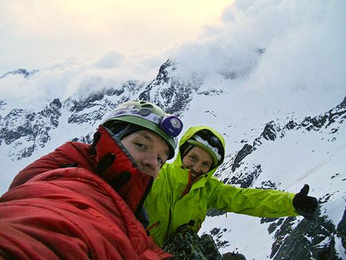 Spokojnosť na vrchole - Paľo Šulák a v zelenej vetrovke Paľo Rajčan