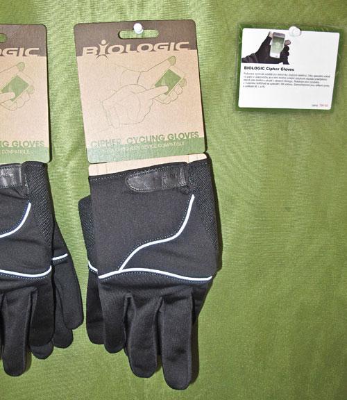 Rukavice a kapacitními ploškami na prstech, umožňující ovládání dotykových displejů
