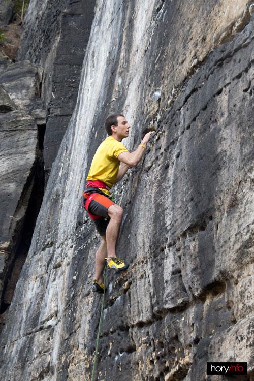 Honzík v Tajné chodbě testuje nové lezečky Andrea Boldrini