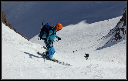 Příští rok se naučím pořádně lyžovat - Markéta nad jedním z nej sjezdů, co jsme potkali. 40 st / 200hm krásný široký žlábek na ledovci Valsorey.