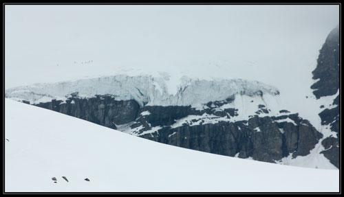 Hluční Italové v traverzu, který není radno zvorat - Kličkovaná po ledovci pod Col du Sonadon.