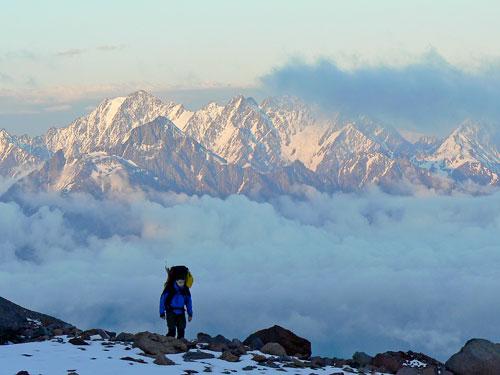 Podvečer na ledovci Orcveri, vzadu masiv Šan je za údolím Těreku již ve vých. Kavkaz