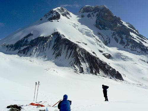 Oba vrcholy Kazbeku od jihu z ledovce Orcveri