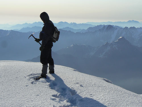 Z vrcholu Kazbeku směrem k východu, úplně vpravo hora Tebulo 4492 m