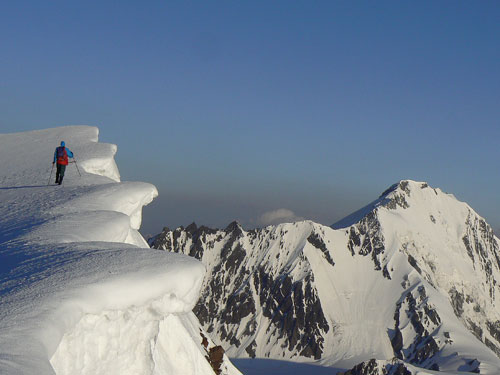 Hřebenem Maili chochu k Džimaře 4780 m (vpravo)